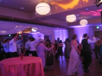 wedding-guests-dancing-to-deja-blu-the-viceroy-hotel