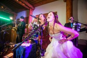 700x468-bride-singing